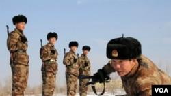 Tentara Tiongkok berlatih di Hami, provinsi Xinjiang (1/12). Warga minoritas Uighur yang beragama Islam menjadi mayoritas penduduk provinsi ini.