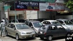 گاڑیوں کی پیداوار میں کمی کی بنیادی وجہ حکومت کی جانب سے تجارتی خسارے میں کمی لانے کے لیے اپنائی گئی پالیسی بتائی جاتی ہے۔ (فائل فوٹو)