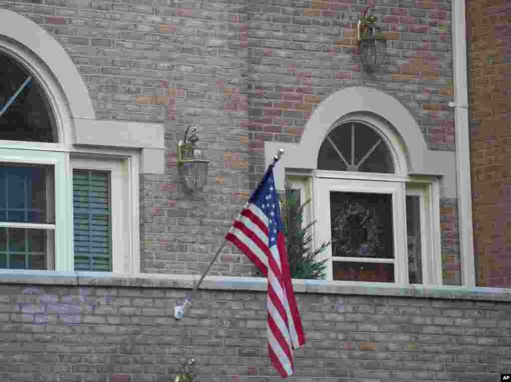 Əfqanıstanda qətlə yetirilən ABŞ generalının evi qarşısına ABŞ bayrağı asılıb - Virciniya, Fols Çörç, 5 avqust. 2014