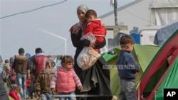 پناهجویان زیادی در مرز مقدونیه با یونان هستند.