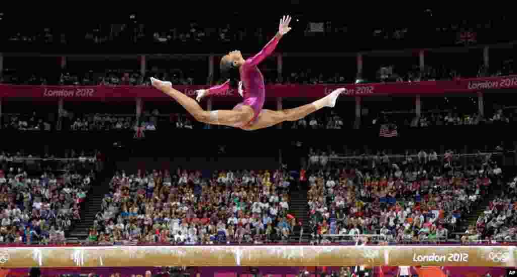 Vận động viên Gabrielle Douglas biểu diễn trên cầu thăng bằng trong cuộc tranh tài môn thể dục dụng cụ toàn năng, cá nhân nữ (AP Photo/Gregory Bull)