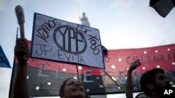Los partidarios de la presidenta Cristina Fernández apoyan el regreso de YPF a control de la nación, aunque de hecho sigue con participación privada.
