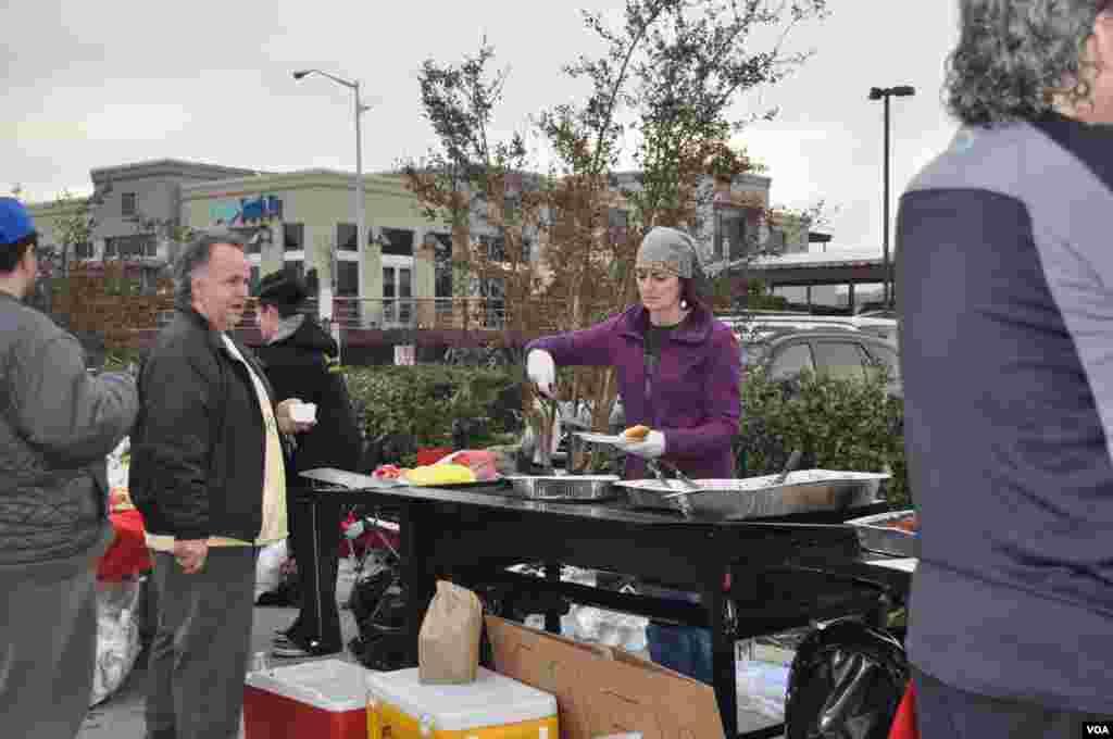 Здесь также раздают бесплатную горячую еду – тоже усилиями местных волонтеров