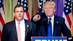 Ứng cử viên tổng thống đảng Cộng hòa Donald Trump và Thống đốc bang New Jersey Chris Christie trong cuộc họp báo tại tiểu bang Florida, ngày 1/3/2016.