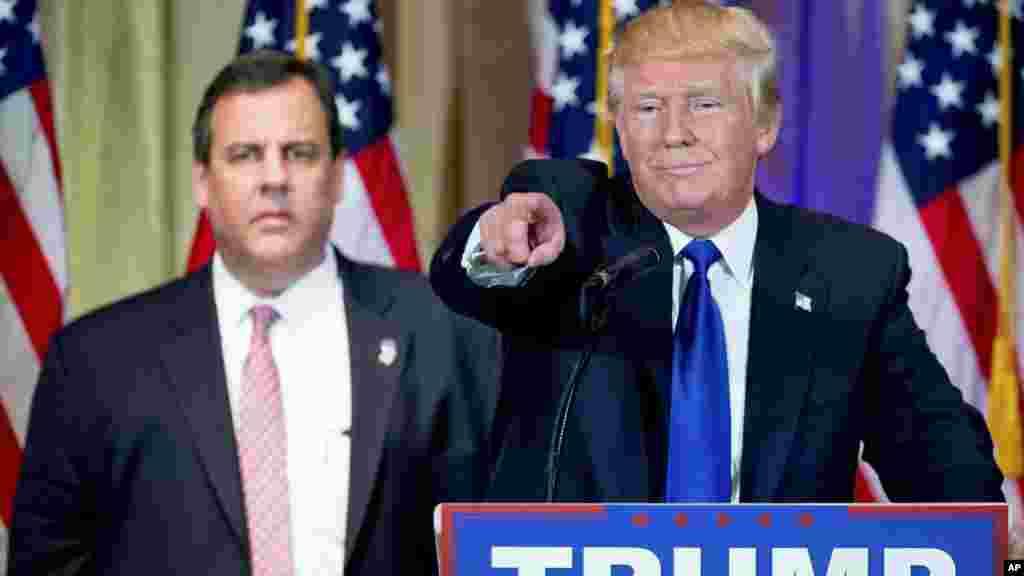 Le candidat présidentiel républicain Donald Trump, accompagné du gouverneur de New Jersey Chris Christie, répond aux questions des journalistes lors d'une conférence de presse, le 1er mars 2016.
