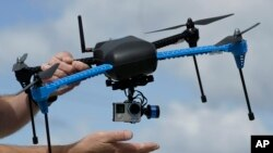 Sebuah prototipe drone dilengkapi dengan kamera.