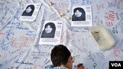 Seorang anak laki-laki ikut menandatangani petisi di London untuk membatalkan hukuman rajam bagi Sakineh Ashtiani. Kasus ini telah menarik banyak simpati dari dunia internasional.