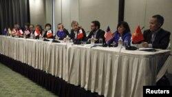 Các trưởng đoàn đàm phán tham dự buổi họp báo kết húc vòng đàm phán thứ 16 của thoả thuận thương mại Ðối tác xuyên Thái Bình Dương (TPP) tại Singapore, ngày 13 tháng 5, 2013.