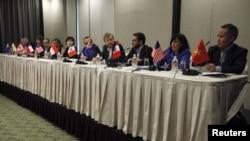 2013年3月在新加坡舉行的跨太平洋貿易夥伴關係協定第十六輪談判的代表舉行記者會 (資料照片)