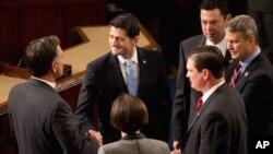 在眾議院星期四投票前﹐瑞安與其他眾議員交談