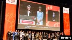 Para anggota delegasi yang hadir dalam konferensi AIDS Internasional ke-20 di Australia, mengheningkan cipta dalam upacara pembukaan, Minggu malam (20/7) untuk menghormati enam delegasi yang tewas dalam insiden pesawat MH17.