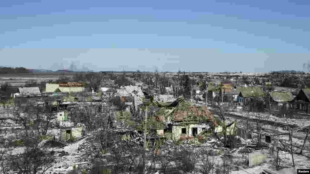 ساختمانهای آسیب دیده در روستای نيکيشين، جنوب شرقی دبالتسفه - ۲۸ بهمن ماه ۱۳۹۳ (۱۷ فوريه ۲۰۱۵)