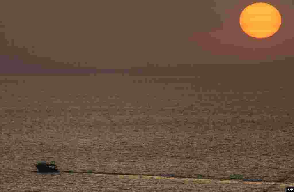 قایقرانی به هنگام غروب آفتاب در شهر غزه