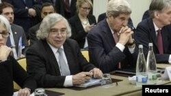 ارنست مونیز، وزیر انرژی آمریکا سمت راست جان کری، وزیر خارجه آمریکا منتظر آغاز مذاکرات گروه ۱+۵ با ایران در لوزان سوئیس - ۳۰ مارس