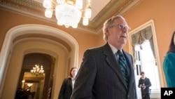 pemimpin mayoritas di Senat, Mitch McConnell di Capitol Hill di Washington (22/2).