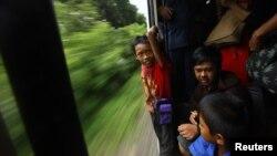 Remaja tuna wisma bermain di kereta api di Jakarta. (Foto: Dok)