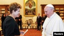 La presidenta de Brasil, Dilma Rousseff conversa con el papa Francisco en el Vaticano.