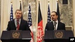 15일 아프간 카불에서 기자회견을 가진 제임스 왈리크 아프간·파키스탄 특별 부대표(왼쪽)와 에크릴 하키미 미국 주재 아프간 대사.