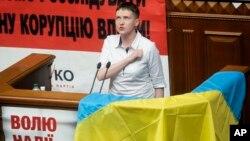 La piloto Nadiya Savchenko cantó el himno nacional ucraniano durante la sesión parlamentaria en la que se incorporó como legisladora.