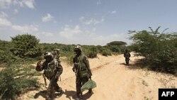 Binh sĩ gìn giữ hòa bình Uganda thuộc AU tuần phòng sau vụ đụng độ với các phần tử dân quân Hồi giáo ở ngoại ô thủ đô Mogadishu hôm 20/1/12