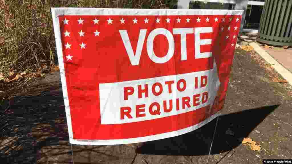 Un panneau devant un centre de vote d'Arlington, Virginie, le 5 novembre 2016 (VOA/Nicolas Pinault)