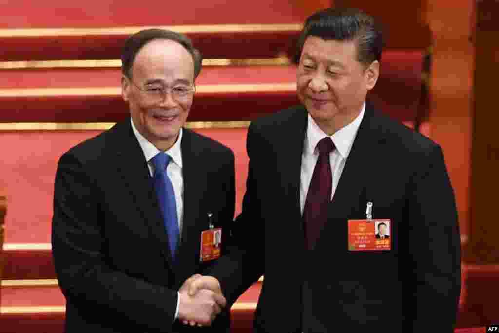 前中共中央纪委书记王岐山在中国第十三届全国人大第五次全体会议上当选中国国家副主席,与当选连任的中国国家主席习近平握手(2018年3月17日)。