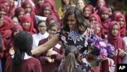 Michelle Obama saat melakukan kunjungan ke Mulberry School di London, Selasa (16/6).