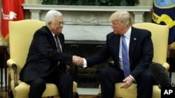Presiden AS Donald Trump saat menerima Presiden Palestina Mahmoud Abbas di Gedung Putih, 3 Mei 2017 (foto: dok). Palestina memutuskan hubungan dengan pemerintahan Trump setelah AS mengakui Yerusalem sebagai ibu kota Israel.