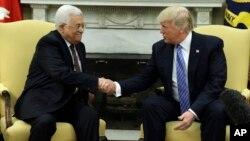 Presiden Palestina Mahmoud Abbas saat bertemu Presiden AS Donald Trump di Gedung Putih, 3 Mei 2017 lalu (foto: dok). Berbagai laporan mengatakan Presiden Donald Trump akan memindahkan Kedutaan AS ke Yerusalem dan mengakuinya sebagai ibu kota Israel.
