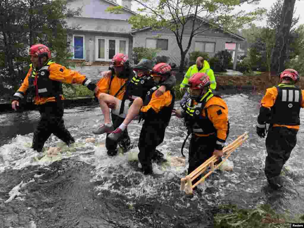 نیروهای امدادی از نیویورک، به مردی گرفتار در توفان فلورنس در کارولینا شمالی کمک می کنند.