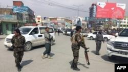 Les forces de sécurité afghanes après l'attentat-suicide, le 9 mars 2018 à Kaboul