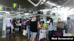 Công dân Nga làm thủ tục bay tại cảng Hàng không Cam Ranh, Khánh Hòa, hôm 27/04/2020. Photo Dan Viet.
