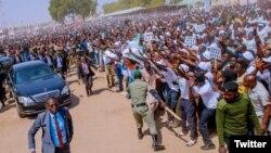Lokacin da shugaba Buhari ya isa filin gangamin yakin neman zabe a Maiduguri (pic Garba Shehu Twitter)