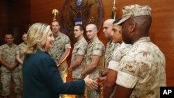 Хиллари Клинтон и морские пехотинцы в посольстве США в Кабуле. остябрь 2011г.