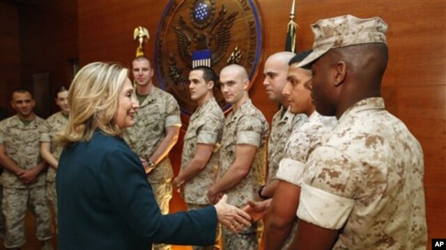 Menteri Luar Negeri AS Hillary Rodham Clinton menemui marinir AS di Kedubes Amerika di Kabul, Afghanistan, 20 Oktober 2011 (Foto: dok). Serangan maut di Konsulat AS di Benghazi tahun lalu, mendorong Amerika untuk meningkatkan keamanan di tempat-tempat perwakilan diplomatik AS di seluruh dunia.