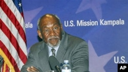 US Assistant Secretary of African Affairs Johnnie Carson, address journalists in Kampala, Uganda, July 27, 2010 (file photo)