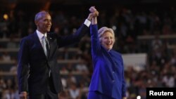 지난 7월 미국 필라델피아에서 진행된 민주당 전당대회에서 바락 오바마(왼쪽) 대통령이 힐러리 클린턴 대통령 후보의 손을 들어주고 있다. (자료사진)