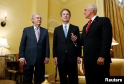Pemimpin Mayoritas Senat AS Mitch McConnell (kiri) menyambut calon Hakim Agung pilihan Presiden Trump, Brett Kavanaugh (tengah) dan Wakil Presiden Mike Pence di kantornya, gedung Capitol. Washington DC, 10 Juli 2018.