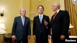 El líder de la mayoría en el Senado de Estados Unidos, Mitch McConnell, saluda al juez nominado para la Corte Suprema, Brett Kavanaugh y al vicepresidente Mike Pence en una reunión en su oficina en el Capitolio, en Washington, el 10 de julio de 2018.