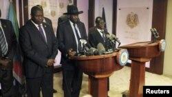 Presiden Sudan Selatan, Salva Kiir (tengah), dan mantan pemimpin pemberontak Riek Machar (kiri) menyerukan ketenangan dalam konferensi pers di Juba, Jumat (8/7).