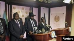 2016年7月8日,南苏丹总统基尔在首都朱巴的总统府的一次记者会上讲话。旁边站立着前反叛武装领导人马查尔和其他政府官员。