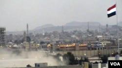 Helikopter militer Yaman (tidak tampak) menyelamatkan para Duta Besar asing yang dikepung oleh para pendukung Presiden Saleh di Sana'a (22/5).