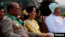 Lãnh tụ dân chủ Miến Điện Aung San Suu Kyi tham dự cuộc diễn binh hàng năm mừng Ngày Quân Lực tại Naypyitaw, ngày 27/3/2013.