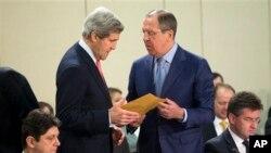 Ռուսաստանի արտգործնախարար Լավրովը զրուցում է ԱՄՆ-ի իր գործընկեր Քերիի հետ ՆԱՏՕ-ի Բրյուսելում գտնվող շտաբում 2013 թվականի ապրիլի 23-ին (արխիվային լուսանկար)