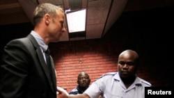 皮斯托利斯星期五在警察的護送下,來到比勒陀利亞的一家法院出庭