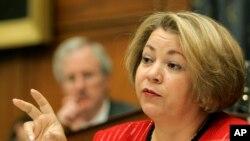 La representante demócrata por California Linda Sánchez dice que muchas familias hispanas están luchando por el sueño americano.