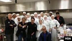 Pakar kuliner William Wongso (kiri) bersama kru VOA dan para murid sekolah kuliner 'L`Academie De Cuisine di Washington, D.C. (foto/dok: William Wongso)