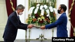 Dubes AS untuk Indonesia, Sung Yong Kim, menyerahkan surat kepercayaan kepada Presiden Joko Widodo di Istana Merdeka, Jakarta, hari Rabu (21/10).