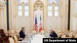 Госсекретарь США Джон Керри (слева) и министр иностранных дел Ирана Мохаммад Джавад Зариф