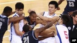 美国乔治城大学队和中国八一火箭队在8月18日的篮球比赛中发生群体殴斗
